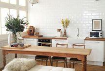 mesa com sofá e cadeiras