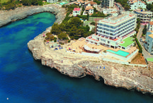 JS Cape Colom, Portocolom / Se encuentra situado en Portocolom, en la costa este de Mallorca, encima de unos impresionantes acantilados. Sus solárium y jardines ofrecen un remanso de paz en un ambiente tranquilo  frente el mar y junto a la playa. Dispone de Zona de Spa y Wellnes con unas vistas impresionantes, sauna y gimnasio.