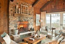 style lodge / Denk 'Indianen' zonder té Wild West te gaan. Krachtige rood- en blauwtinten, worden in deze woonstijl gecombineerd met aardekleuren. Patchwork van gevlochten vloerkleden met Indiaanse motieven op planken vloeren (leg ook eens zo'n vloerkleed over de bank!). Knoestige, natuurlijke houten meubels. Voor een New England-versie: pas herfstkleuren toe in goud-, rood- en groentinten. Deze stijl leent zich goed voor sterke kunst, naïef én abstract.