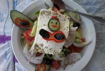 Va de recetas / Ensalada griega  Una ensalada típicamente mediterránea: tomate, pepino, cebolla, pimiento verde, aceite de oliva. ¿El toque griego? Pues el queso feta con su orégano y las aceitunas negras o de kalamón.
