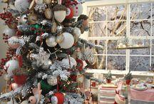 Kerst Trends 2015: Traditioneel met roze / Hou je van traditionele kerstkleuren zoals rood, groen & wit, maar wil je toch iets anders? Gooi roze kerstdecoraties in de mix! Die combinatie maakt deze kersttrend voor 2015 lekker fris en modern.  / by Christmaholic.nl - kerst