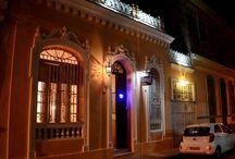 Hostal colonial en Santa Clara, Cuba. / Hostal con estilo Ecléctico situado en el centro de la ciudad de Santa Clara. Ambientada al estilo Luis XV. Agradable y acogedor ambiente familiar.