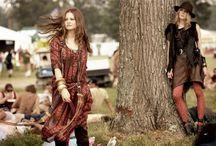 бохо-шик / К основоположницам бохо шика также относят актрис Мэри-Кейт и Эшли Олсен и Кристину Риччи. Многие из элементов Бохо шика были популярны еще в 60-х годах. Стиль Бохо шик появился как ответ гламуру, представляя собой микс из этнических и национальных мотивов, хиппи и цыганских акцентов, готики и гранжа. Секрет стиля бохо – в объединении несовместимого: ботинок и нежных платьев, кружева и шарфов, в многослойности и сочетании разных фактур тканей и рисунков.