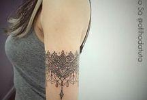 Tattoo Braceletes- / Ambas mais grossinhas não tão finas - Braço com 2 dedos de largura e coxa com 2 dedos tbm; /Todas P&B/ Renda + Penas + correntinhas/ Flores + Raminhos + folhas/ Com animais marinhos (tartaruga) + âncora + ondas + bússola/