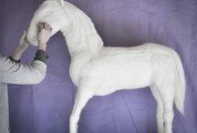 Caballo en fieltro  Felt Horse   Cheval en feutre / Caballo estructura de alambre forrado en top de lana; Altura 1m20cm.