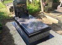 Saját sírkövek