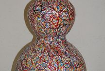 stapelwerk keramiek / kleurrijke vazen opgebouwd met verschillende vormen keramiek en bewerkt met gemengde technieken
