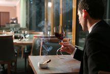 Sky Wine Bar & Lounge / Pentru momentele in care simtiti nevoia sa va desprindeti de cotidian sau pentru serile speciale, va asteptam la Sky Wine Bar & Lounge. Aflat la ultimul etaj al hotelului, aici gasiti o atmosfera relaxanta si prietenoasa pe timpul zilei sau rafinata si animata pe timpul noptii. Venite de pe dealurile insorite ale Italiei sau din faimoasele crame ale Frantei, vinurile din colectia noastra va vor purta intr-o calatorie a simturilor.