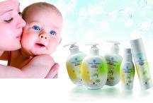 Baby Organic Cosmetic / BEZ PARABENŮ - HYPOALERGENNÍ Ryzí harmonie vědy a přírody přináší tu nejlepší ochranu pro citlivou pokožku dítěte. Řada Swiss Nature Baby se skutečně účinnými organickými látkami je držitelem certifikátu ECOCERT Greenlife