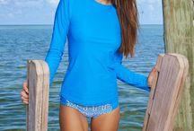UV Zwemkleding / UV Zwemkleding helpt huidkanker voorkomen! Het aantal mensen dat jaarlijks geconfronteerd wordt met huidkanker neemt schrikbarend toe. Een bewustere omgang met de zon en het dragen van UV Kleding en UV Zwemkleding helpt erger voorkomen. Op dit bord vind je de leukste UV werende zwemkleding waarmee jij en je kids veilig in de zon kunnen vertieren. De hier getoonde UV Zwemkleding biedt allemaal UPF50+ UV bescherming. Dit wil zeggen dat bijna 98% van de schadelijke UV straling gefilterd wordt.