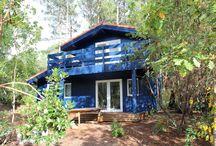 Maison MZ / Maison secondaire reconstruite à l'identique suite à un sinistre incendie.  Maison aux performances d'isolation passive, comprenant des chambres à l'étage accessibles par l'extérieur.  Les menuiseries sont en bois, peintes en blanc, intérieur et extérieur.  L'intérieur de la maison est réalisé en lambris et la finition au sol est du parquet. Le bardage est du pin maritime, saturé couleur bleu. Un poêle à bois a été installé pour le chauffage.