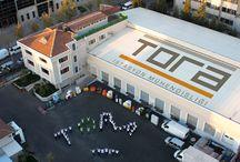 TORA PETROL HAKKINDA / 1998 yılında İstanbul'da kurulan TORA-Petrol Ürünleri Mühendisliği Elektrik ve Elektronik Sanayi ve Ticaret A.Ş. akaryakıt, LPG, CNG sektörünün işletim, ekipman ve teknik emniyet ihtiyaçlarını karşılamaya yönelik mühendislik, danışmanlık ve AR-GE hizmetleri vermektedir. Projelendirme, uygulama, periyodik ve koruyucu bakım, makine teçhizat üretim ve hazır ürün satışı faaliyetlerinin yanı sıra, isteğe yönelik (terzi modeli) profesyonel çözümler üreten bir kuruluştur.