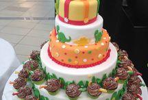 Dino dort / Pětipatrový dort s dinosaury a cupcaky, který jsme vyrobili pro otevření dětského koutku v Avion shopping parku.