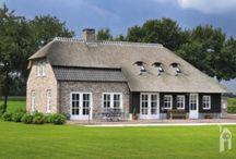 Roscobouw, een charmante boerderijte met een dijk van een schuur / Een charmant boerderijtje met een strak gazon en een dijk van een schuur. Het dak is op twee manieren uitgevoerd: een superstrak rietdak met op een ander deel keramische, blauw gesmoorde pannen. Opvallend fraai is ook het metselwerk met hanenkammen en boerenvlechtwerk of het smeedwerk bij de voordeur!