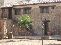 CasaLuna / Está formada por dos habitaciones dobles, cocina-comedor y baño completo decoradas con un cuidado ambiente rústico.  Puede disfrutar de unas preciosas vistas al monte de Aniés y al castillo de Loarre.