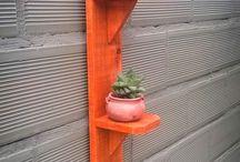 Estante de madera pintado portamacetas