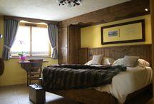 Cozy bedrooms / Sono tutte diverse una dall'altra, ma in tutte quante godrete, di quel caldo ed accogliente ambiente tipico della montagna e del passato, senza rinunciare ai più moderni comfort. Quale camera renderà unica la tua vacanza? Scopri i diversi ambienti, e …buona scelta!