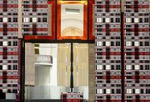 Jean Paul Gaultier Tapeten / Mit Jean Paul Gaultier widmet sich einer der einflussreichsten französischen Designer seit einigen Jahren auch der Tapete. Wie seine Modekollektionen sind auch die Tapeten, die vom Pariser Traditions-Tapetenlabel Lelièvre produziert werden, stets überraschend. Streng geometrische Prints, expressive Fotokollagen, verspielte japanische Zeichnungen und Muster, die mit der Grenze zum Kitsch spielen, bringen Gaultiers designerische Genialität auf die Wand.