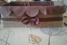 Doboz / Cipősdobozból készült kötöző zsineggel körbetekerve. Régi abrosz a belseje. Csak ragasztót használtam.