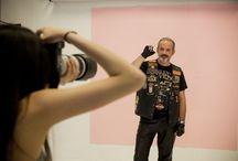 Una de moteros / Los alumnos del Curso General en Fotografía de la Escuela TAI llevan a cabo la producción en estudio de una serie fotográfica de retratos ambientados