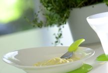 • L'heure du repas • / Le repas est un moment important de la journée de bébé !  Découvrez une sélection de chaises hautes, vaisselles et bavoirs, indispensables pour bébé