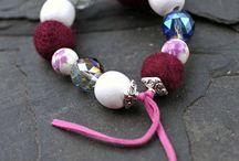 Likeme šperky / Originální ručně vyráběné šperky. Vše je vyráběno v jednom kuse, pouze jsou možné barevné variace. Vyrábím i na objednávku dle vlastního návrhu a přání. Neváhejte mne kontaktovat z jakým koliv dotazem či nápadem. Jsem schopná opravit či předělat i jinou bižuterii. Zdali si chcete něco zakoupit navštivte kamenný obchod, nebo http://www.fler.cz/shop/likeme79 .