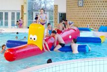 Jeux Aquatiques Gonflables / Découvrez nos jeux aquatique gonflable ! De différentes formes et tailles, nous vous proposons un large choix d'aires de jeux aquatiques gonflables