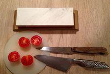 Slib dine egne knive / Det vigtigste værktøj i køkkenet er en skarp kniv! Alle der laver mad, har prøvet at stå med en sløv kniv, ved hvad det betyder for madlavningen og hvor irriterende det er, når man maser maden istedet for at skære den. Når kniven er skarp, går det hele meget hurtigere og det er desuden mere sikker at arbejde med en skarp kniv end en sløv kniv.