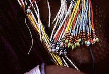 Acessórios Etnicos / Todos os povos e culturas ancestrais, bem como as atuais, têm os acessórios  como elementos de identidade, afirmação, complemento e extensão do corpo, embelezamento...