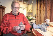 Effio X Granny's Finest / In een unieke samenwerking introduceren Effio & Granny's Finest nu kleurrijke kasjmierwollen sokken die gebreid zijn in Italië. En zij introduceren geitenwollensokken die gebreid zijn door opa Leo. Geen oma's? Nee, voor deze samenwerking hebben we een breiende opa gevonden: de 88-jarige Leo Samuel van Leeuwen.