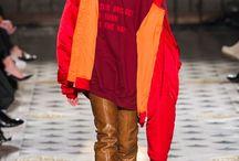 90s Fashion! / Die 90er-Jahre sind in der Mode immer wieder eine beliebte Inspiration für internationale Designer. Seien es Ugly Sneakers, Micro-Sonnenbrillen oder das Leopardenprint: 2018 wecken aktuelle Modetrends Erinnerungen an die 90er-Jahre.