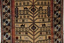 Dywany / Można kupić dywan pod kolor mebli, maszynowy, albo tkany w wielkiej manufakturze w Chinach czy Pakistanie. Ale można też, niekoniecznie drożej, sprowadzić do domu przedmiot z duszą - dywan warsztatowy tkany przez ludzi, dla których jego symbolika wciąż jest żywym językiem. Dywany perskie to nie tylko doskonała jakość wełny i tkania, nieprzebrane bogactwo wzorów i kolorów, ale prawdziwe dzieła sztuki, które z wiekiem nabierają wartości.