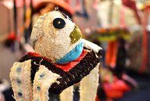 ITE käsillä / Pohjois-Pohjanmaan museossa esillä olevan ITE käsillä -näyttelyn teokset ovat taidokkaita ilman tiukkapipoisuutta. Villikäsityö ihastuttaa, hätkähdyttää, kutittelee nauruhermoja ja herättää uteliaisuuden. Näyttelyn taiteilijat on valittu taidemaailman reunamilta. Kotoisten ITE-taiteilijoiden joukossa on mausteena pohjoismaisia outsider-taiteen tähtiä. Myös näyttelyn tekniikkakirjo on laaja. Näyttely on esillä 16.3.–27.8.