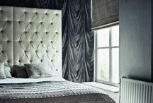 INTERIEUR_slaapkamer&dressingroom / In welke sfeer slaap jij het meest ontspannen? En alle kleding netjes geordend in de kast.