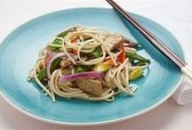 Блюда с соевыми бобами / Соевые бобы очень богаты растительным белком и способны заменять животный, поэтому на их основе производится множество вегетарианских продуктов, в том числе имитации продуктов животного происхождения. Цельные соевые бобы имеют плотную текстуру и нуждаются, во-первых, в длительном замачивании, во-вторых, в длительной варке — не менее полутора часов. Светлые соевые бобы более популярны, а черные ценятся за окрас. Их сушат, солят и используют для приготовления соусов.