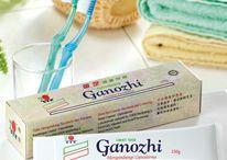 Osobní hygiena s kosmetikou Ganozhi s výtažkem z Ganodermy / Zubní pasta Ganozhi neobsahuje ani sacharin, ani barviva, jen kvalitní výtažek z Ganodermy, alginát sodný, mentol a mátový olej. Účinně čistí zuby a zanechává v ústech příjemnou chuť. Naše zuby jsou potom lesklejší a zdravější. Složení: kalcium fosfát, deionizovaná voda (aqua), sukróza, glycerin, želatina jedlá, mentol, extrakt z Ganodermy, mátový olej, nátrium laurit sulfát, ochucovadlo. Objem: 150 g