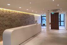 Wave Living Laqué / Natuursteen van hoogwaardige Italiaanse kwaliteit, bekleed met bladgoud of -zilver en kleurstoffen en daarna voorzien van een laklaag. Exclusief verkrijgbaar bij Nibo Stone in Vianen en Venlo.