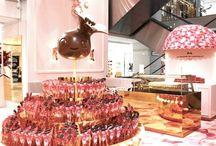 #Projet #Les 150 ans du Printemps / Paris est en fête en ce moment : Le Printemps fête ses 150 ans d'existence ! Un bel anniversaire célébré en grande pompe dans les différents points de vente du grand magasin. A cette occasion, La Maison du Chocolat monopolise l'atrium du Printemps Haussmann à Paris. Et pour mettre en valeur cet espace unique, Dines est sollicité pour son savoir-faire en matière de commandes spéciales.