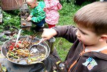 Blátivá kuchyň-mud kitchen /  nepostradatelný herní prvek do každé rodinné zahrady či zahrady MŠ, komunitní zahrady atd. Rozvíjí motoriku (nalévání, přelévání, krájení, třídění), smysly -kontakt s přírodním materiálem (vlhké, sypké, ostré, měkké....)