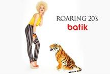 Roaring 20's / 1920'lere dönüş yapan Roaring 20's teması, dönemin flapper akımından esinlenerek hazırlandı. Tema püsküllü elbiseler, bluzler, t-shirtler, bel oyuntusu olmayan düz kesim elbiseler, yüksek bel pantolonlar, loose-fit bluzlardan oluşuyor. Art-Deco desenleri; süsleme ve African desenlerle birleştirerek 20'lerin asi ve şık duruşunu bizlere veren tema, sezonun en trend Vintage ilhamlı temalarından.