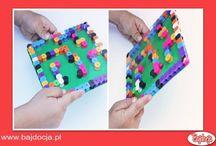 Labirynt z kulką / Aby rozwinąć u dziecka umiejętność logicznego myślenia, nie musisz wcale kupować drogich zabawek - możesz przygotować je samodzielnie. Dziś prezentujemy, jak to zrobić. Wspaniała rozwojowa zabawa gwarantowana. Pomysł na wykonanie oraz zdjęcia pochodzą ze strony www.babbledabbledo.com
