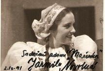 Jarmila Novotná operní pěvkyně / JARMILA NOVOTNÁ ,vynikající česká pěvkyně, ale také proslulá sólistky operních domů Berlína, Vídně, Paříže a newyorské Met i herečky známé ve filmových ateliérech od Curychu po Hollywood a v muzikálovém divadle na Broadwayi. S pozoruhodnou samozřejmostí účinkovala také v operetě, činohře a v televizních studiových inscenacích. Ve všech těchto oblastech zanechala nesmazatelnou stopu.