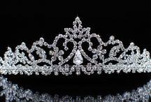 Colección de Joyería Real de La Reina Isabel II / Como jefe de la familia real británica, la reina Isabel II tiene su propia colección de joyas conocida como ''Las Joyas de la Reina''. Encuentra la historia completa en: https://tendenciasjoyeria.com/joyeria-real/