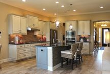 Kitchen with 2 paint colors / Kitchen cabinets with 2 different paint colors