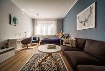 masz.design błękitno mi :) / Na powierzchni 58.5 m2 wyodrębnione zostały dwie sypialnie: dla córki i dla mamy (która jednocześnie miała pełnić funkcję pokoju dziennego), łazienkę oraz kuchnię. W mieszkaniu postawiłyśmy na podłogę w naturalnym kolorze dębu oraz jasne ściany za wyjątkiem kilku - w odcieniach niebieskości. Całość uzupełniłyśmy białymi meblami, z dębowymi elementami oraz dodatkami i tkaninami w kolorach podkreślonych ścian.