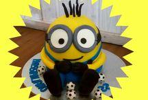 """Minion Cake Bob / Eccolo il simpaticissimo omino giallo! non e' un pelusche , non e' un giocattolo ma e' una simpaticissima Torta """"Angel Food"""" tutta al cioccolato rivestita in pasta di zucchero! Niente Polistiroli tutta commestibile pronta per festeggiare un super compleanno #Bob #Minion #Giallo #occhiali #palladacalcio #compleanni #pastadizucchero #saracino #modecor #lavoratorio #tortedecorate #birthdaycake #super ! www.torteamorefantasia.com"""