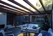Cerramientos / Aumenta el espacio y confort de tu vivienda con una terraza o porche acristalado. Un pequeño jardín de interior.