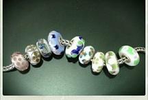 Trollbeads - I nostri Beads Unici / Uno diverso dall'altro, nei colori più disparati, sono il risultato di continue sperimentazioni, lavorazioni articolate ed estremamente complesse il cui processo creativo richiede circa 30 passaggi in più rispetto a quello di un normale beads in Collezione. Il Set riportato nell'immagine è stato scelto casualmente.
