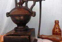 Molinillos de café / Comparto con vosotros mis molinillos de café. Antiguos y preciosos, os esperan en mi web www.antiguorincon,com   Portes certificados gratuitos en España. Otros países consultar.