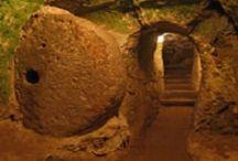Cidade subterrânea de Derinkuyu é um dos maiores mistérios da humanidade / Desde que foi descoberta de maneira casual, em 1963, a cidade subterrânea e perdida de Derinkuyu, na Capadócia, na parte oriental da Turquia, se tornou um mistério sem solução para os pesquisadores que investigam um dos achados mais enigmáticos da humanidade.  Esta cidade sob a terra tem ao menos 13 andares subterrâneos, unidos por passagens e um perfeito sistema de ventilação. Seu último piso fica a 85 metros de profundidade e acredita-se que outros andares poderão ser descobertos.